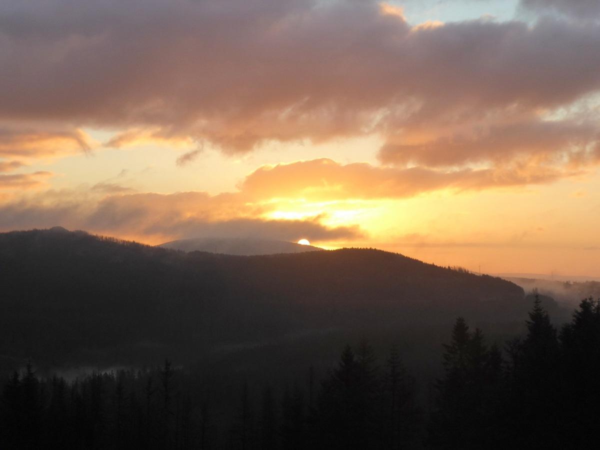 Mühsam lugt die Sonne durch die Wolkendecke über dem Wurmberg