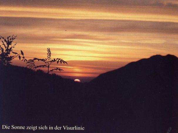 Der Sonnenuntergang, genau in einer der Kerben