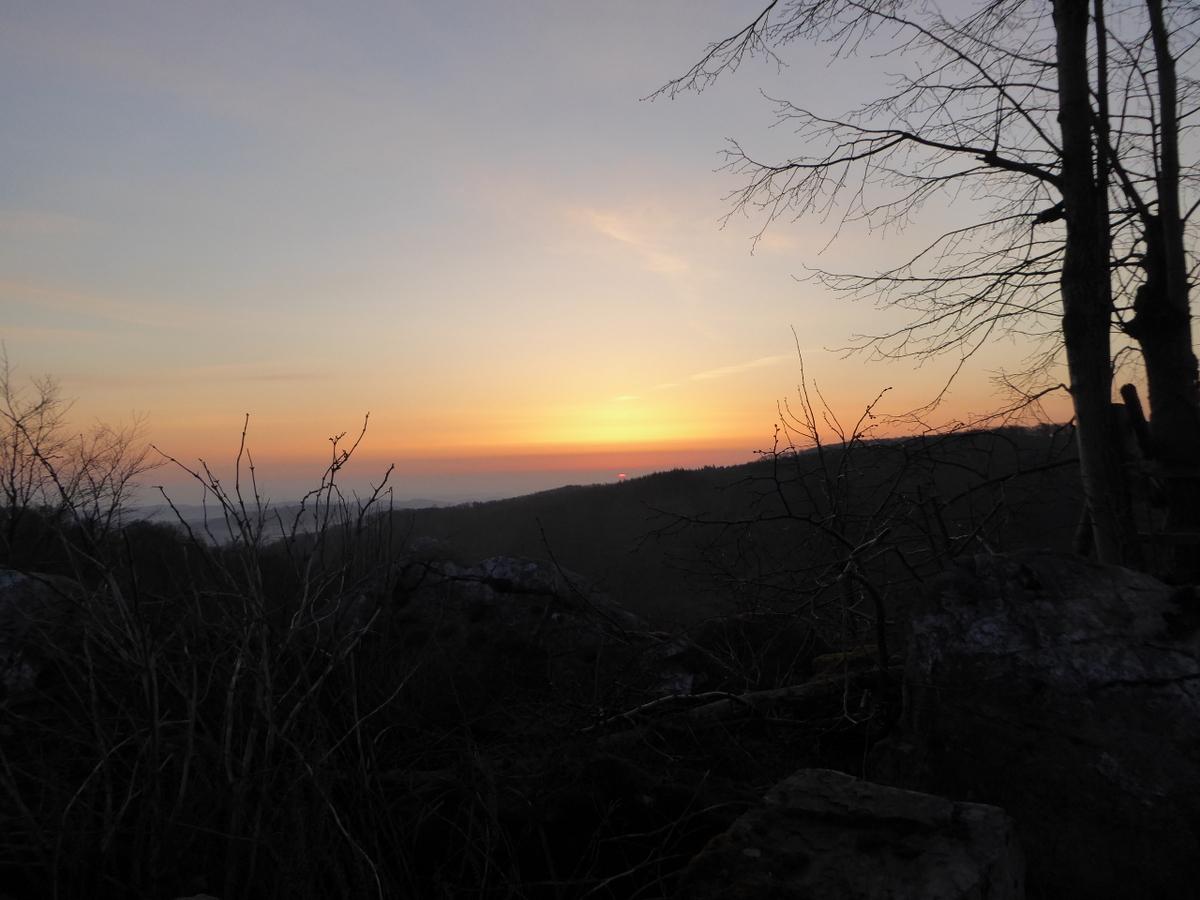 Der Himmel rötet sich, hier laufen 2 Berghänge schräg zueinander