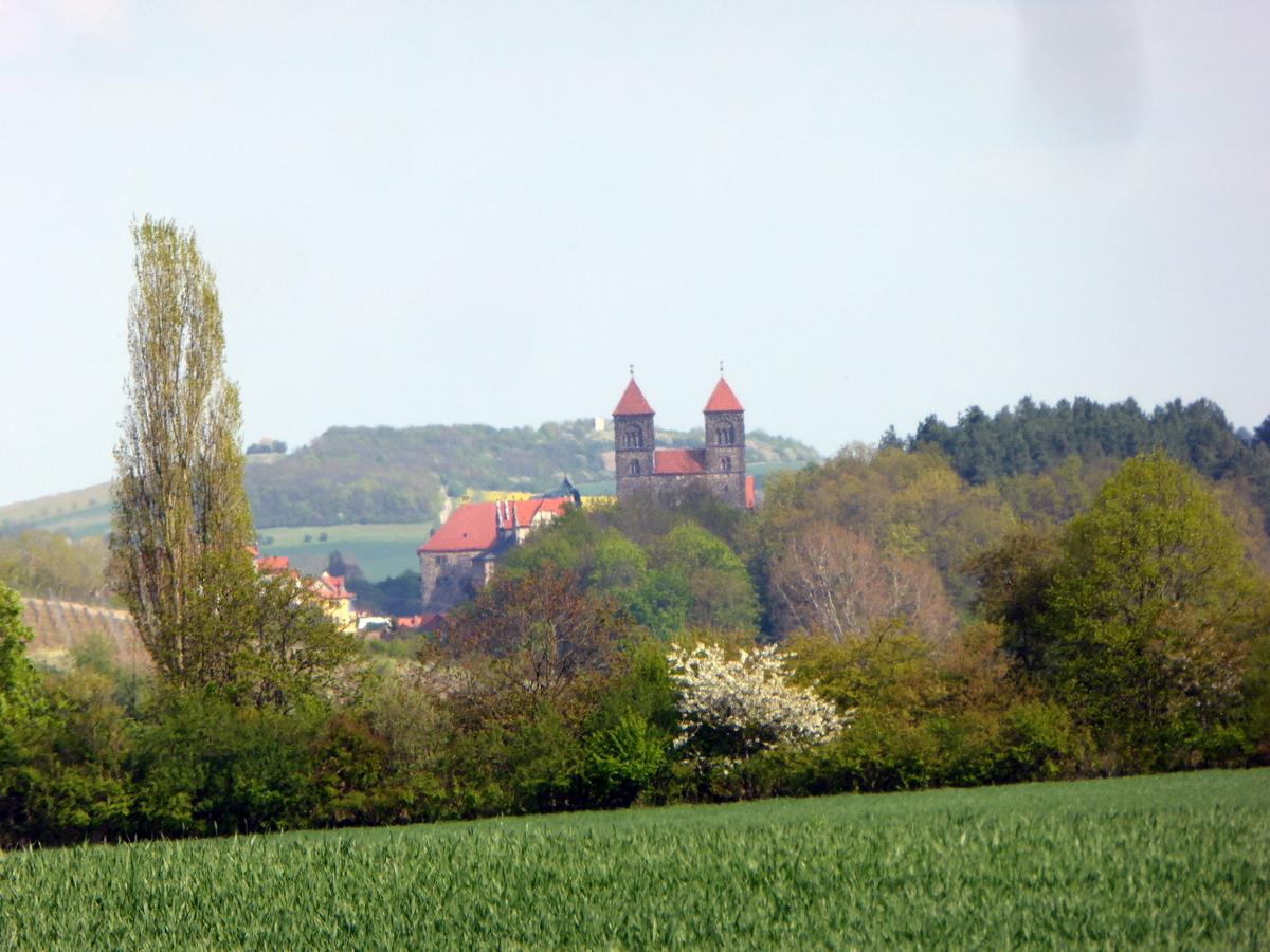 Nach Osten ist der alte Schloßberg Quedlinburg genau in der Flucht zu sehen