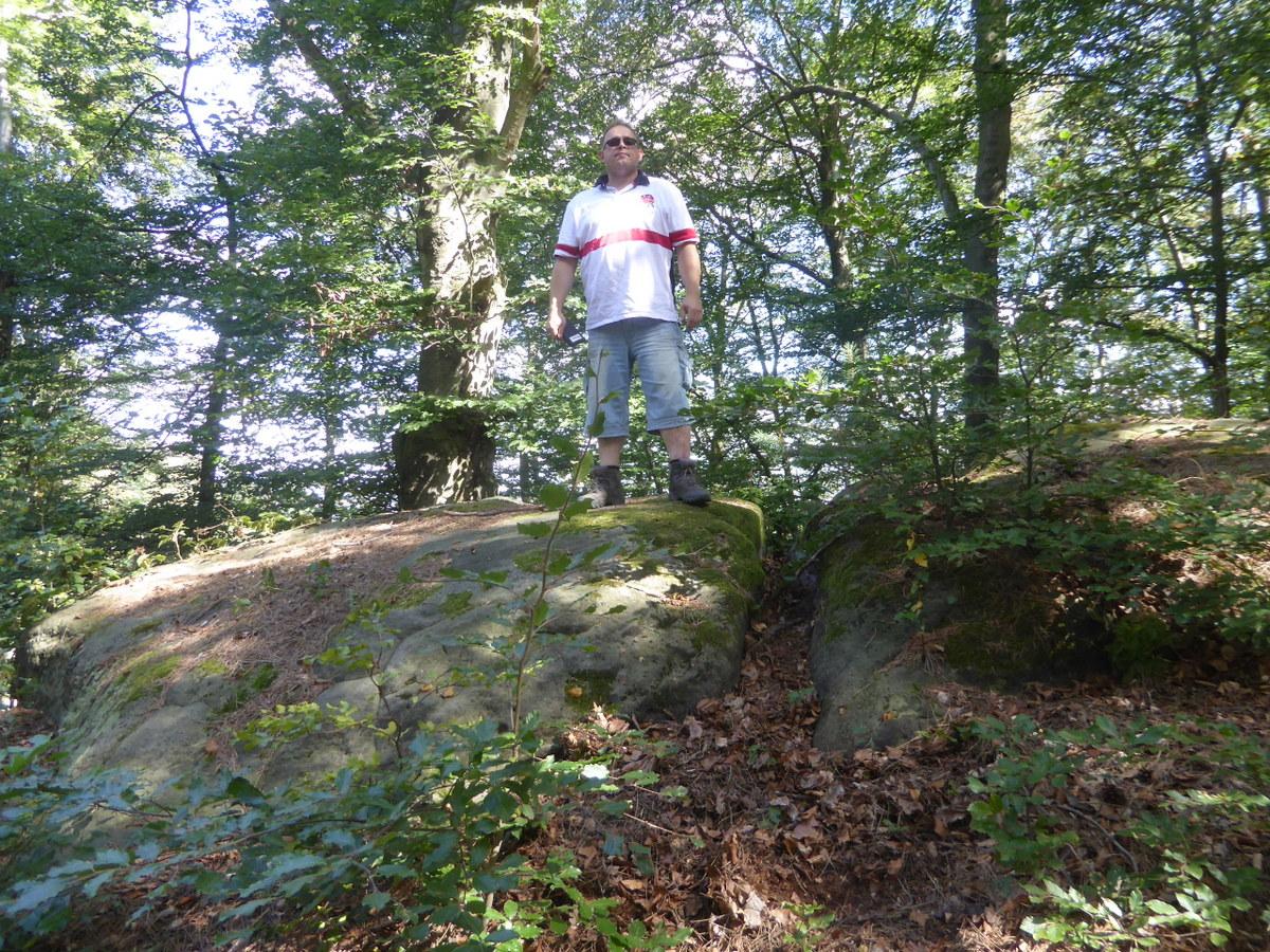 Der gespaltene Felsenblock oben auf dem Bergrücken
