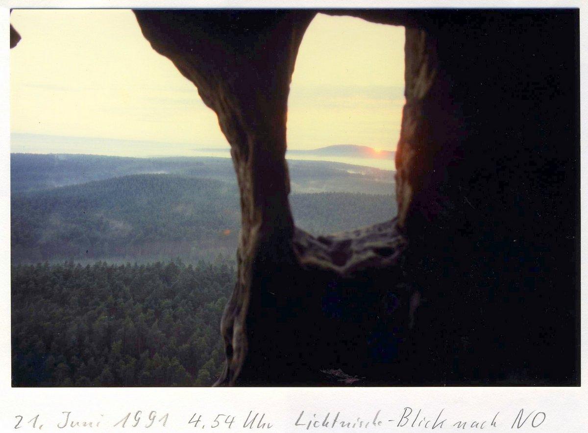 Blick aus dem Fenster zum Hoppelberg beim Sonnenaufgang zur Sommersonnenwende