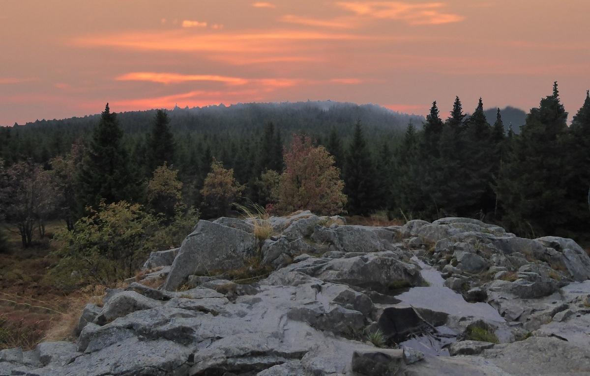 Sonnenuntergang kaum zu ahnen im Westen über dem Sonnekopf