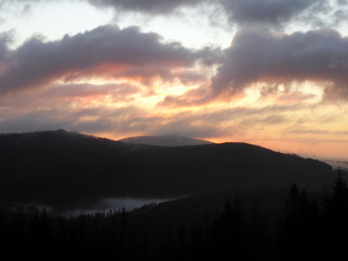Am Morgen rötet sich die Bergkuppe des Wurmberges