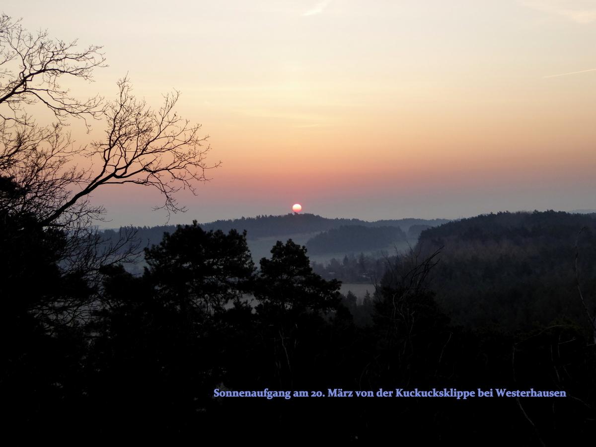 Vom Felsplateau aus sieht man zur Tag -und Nachgleiche die Sonne so aufgehen