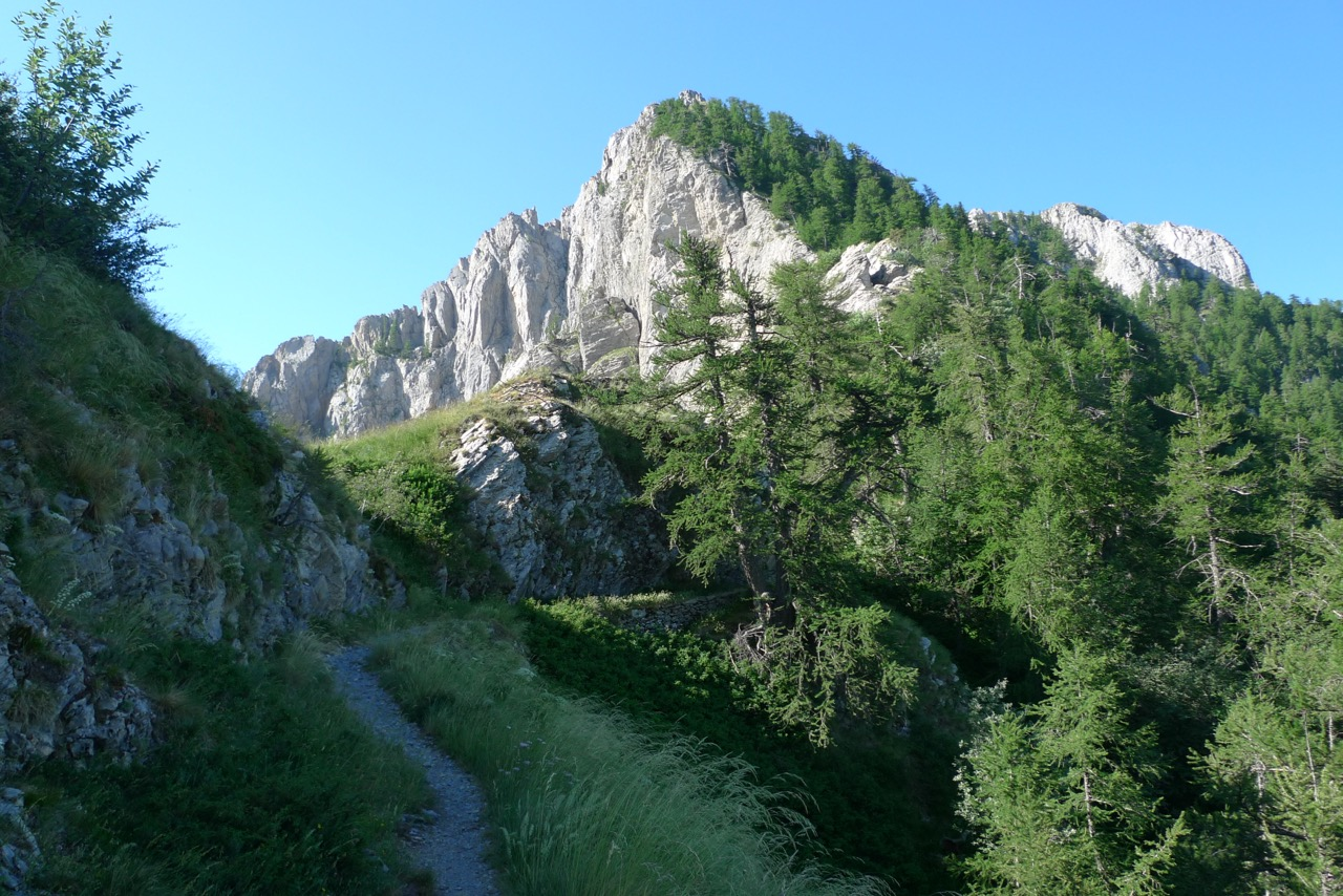 Monte Toraggio, der letzte alpine Gipfel vor dem Meer