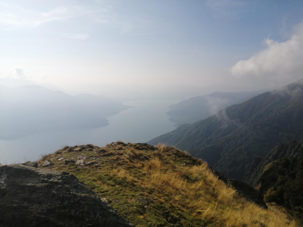 Tiefblick vom Pizzo di Leone zum Lago Maggiore