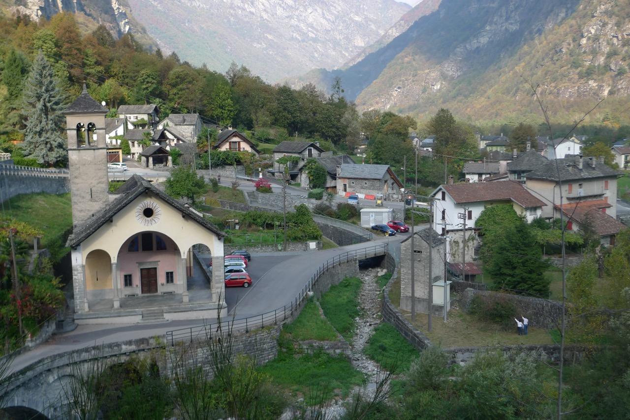 Nach langem Abstieg nun in Rovana im Valle Maggia