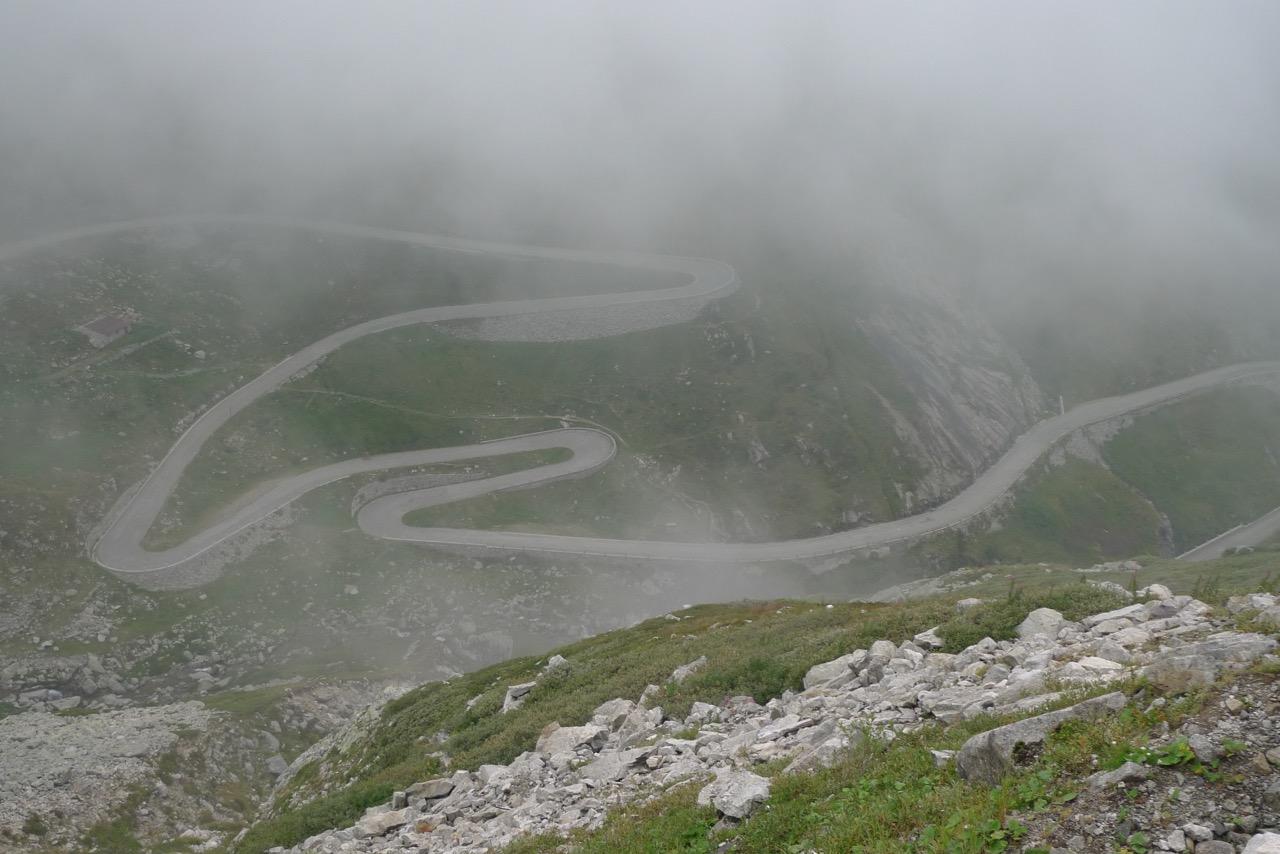Die Tremola im Nebel