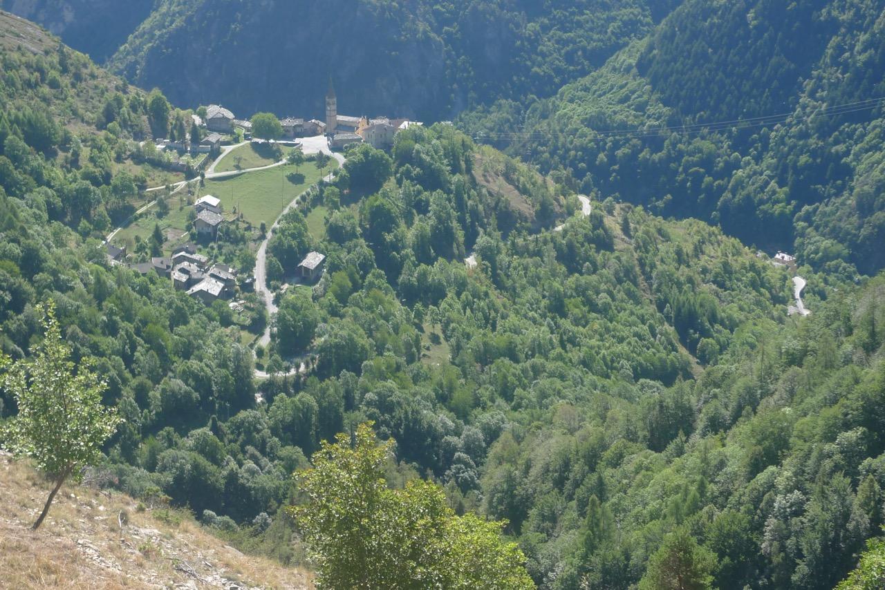 Blick hinunter nach Stroppo ins Valle Maira