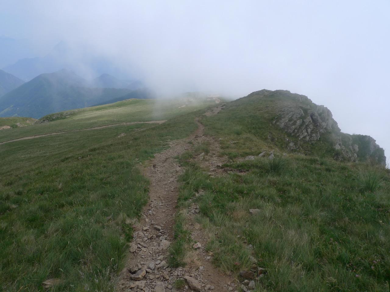 Abstieg zum Rifugio San Lucio in den Quellwolken