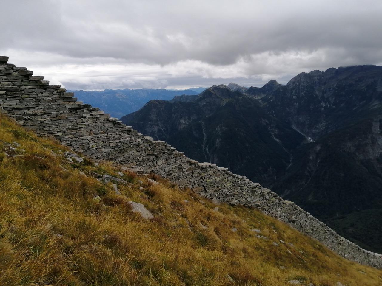Die Steinmauer am Pizzo Bombögn