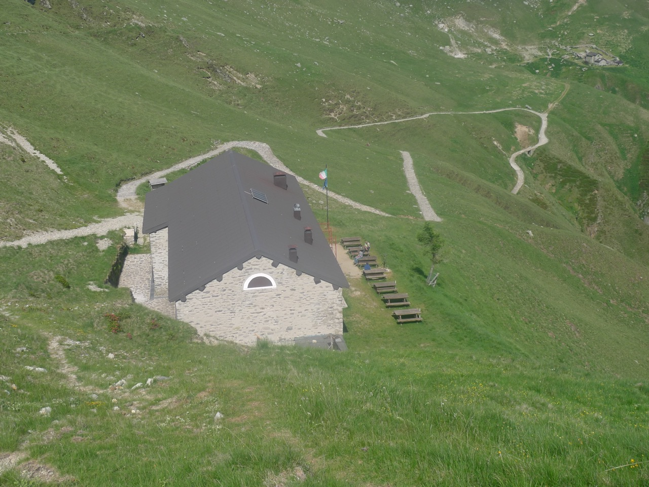 Blick auf die italienische Hütte Rifugio San Jorio