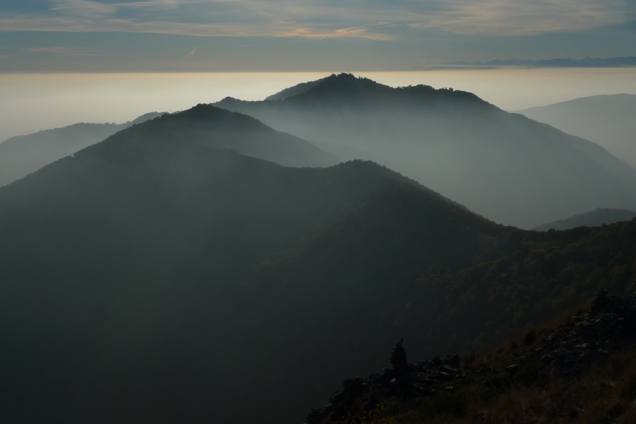 Spätherbstliche Hügel über dem Lago di Como