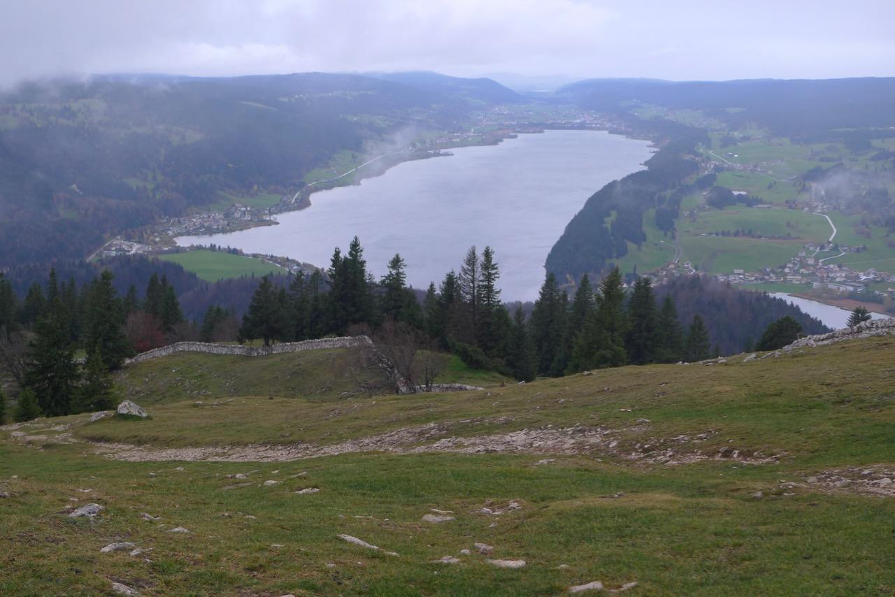 Blick vom Dent de Vaulion auf den Lac de Joux während einer Regenpause