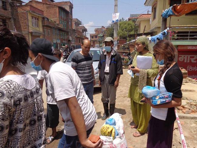 テント生活者が多いので日用品、食料、の買い出しと確保、配給にあたっています。シマシマTシャツがマヘソさん