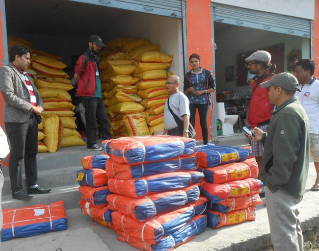 ビニールシートやお米も確保。ネパールでは日頃の付き合い、ネットワークがこんな時に一番パワーを発揮します。
