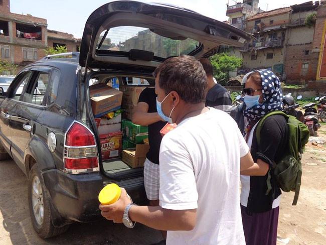 テント生活者が多いので日用品、食料、の買い出しと確保、配給にあたっています。