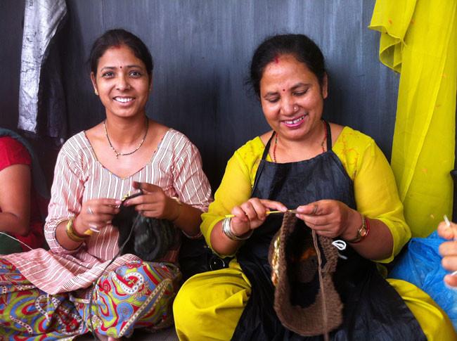 昨年2014年帽子工場ネパール人姉さん&妹達の様子です。早くみんなに笑顔が戻りますように