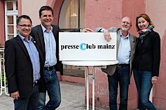 Stolz auf das neue Ehrenmitglied Robert Schmidt (Zweiter v.r.): Presseclub Mainz-Vorsitzender Michael Schirp (Zweiter v.l.) und seine beiden Stellvertreter Martina Nothhorn und Torsten Kirchmann.