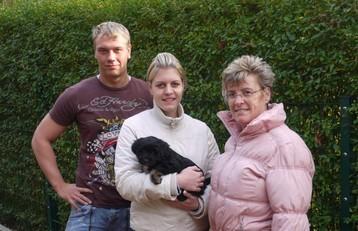 Blacky mit Frauchen und Familie