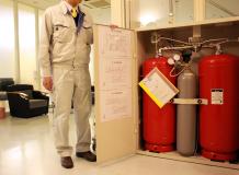 扉を開けると中には大きな消火液剤タンクが収納されています。