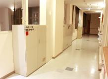 3階の廊下に設置されたパッケージ型自動消火設備の本体。