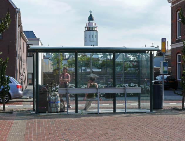 """Warten auf den Bus am Ende einer erlebnisreichenFerienwoche auf der """"Grote Beer"""""""