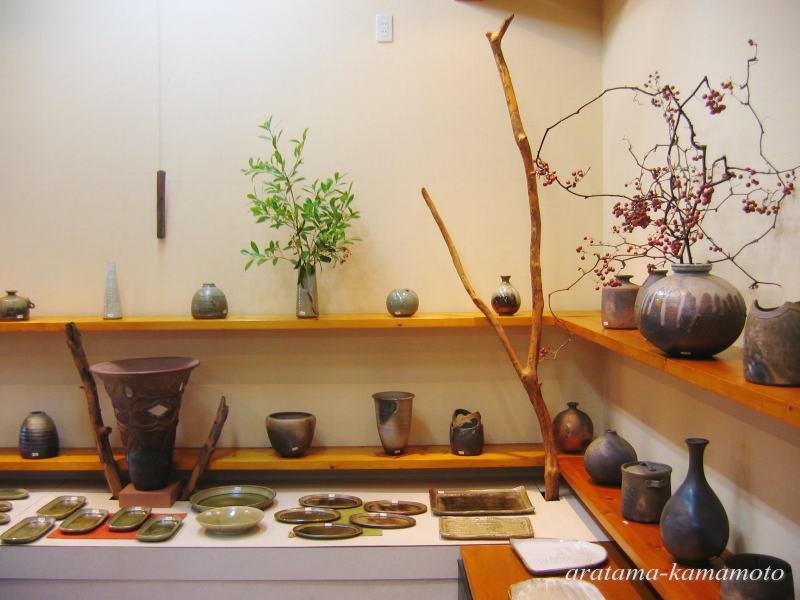 炭化焼きしめの花器他、飽きのこない作品創りを心がけています。