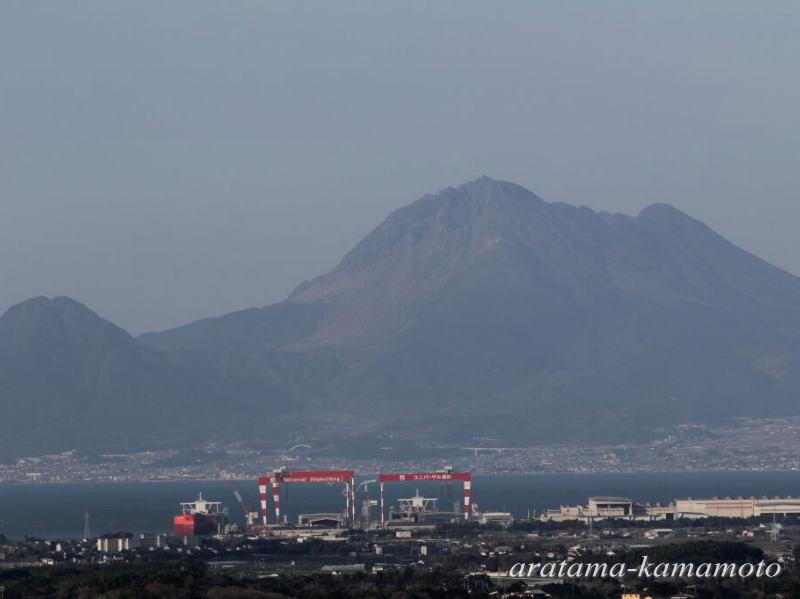 近くにある小代山駐車場からの眺めです。雲仙岳の前に日立造船が見えます。