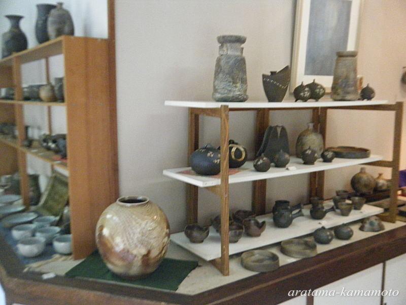 薪で一週間焼成する登り窯での焼〆と、薪と灯油の併用の単窯での炭化の作品が主です。