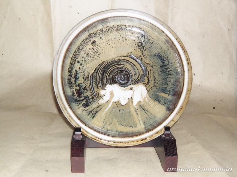 流し掛大皿。 小代焼の技法である流し掛を利用し、力強く流れる様を表現しました。