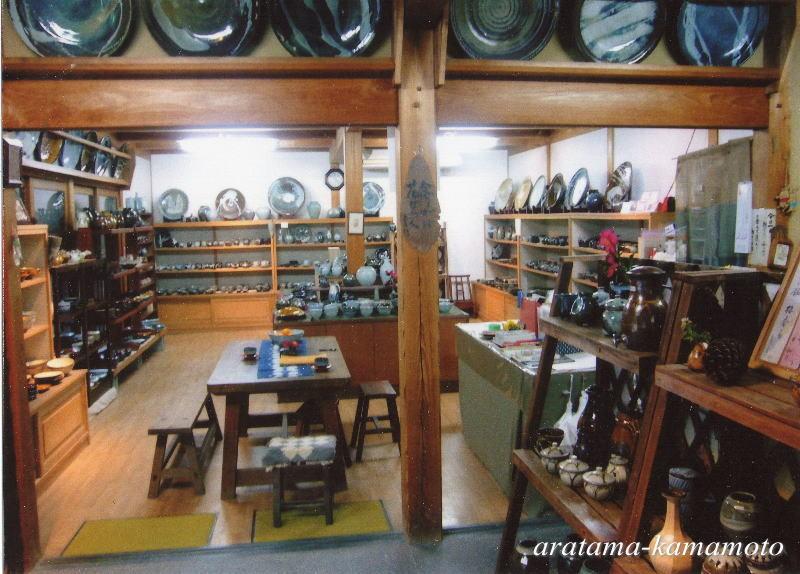 展示場1階には食器類を中心に陳列しております。2階は大物中心で、古作の物も陳列しております。