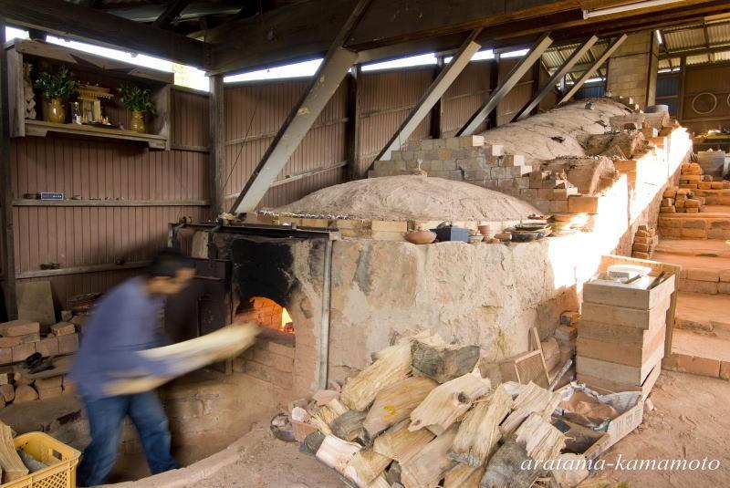 地元小岱山の土を使い、登り窯で焼いています。