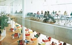全面ガラス張りの教室がユニーク