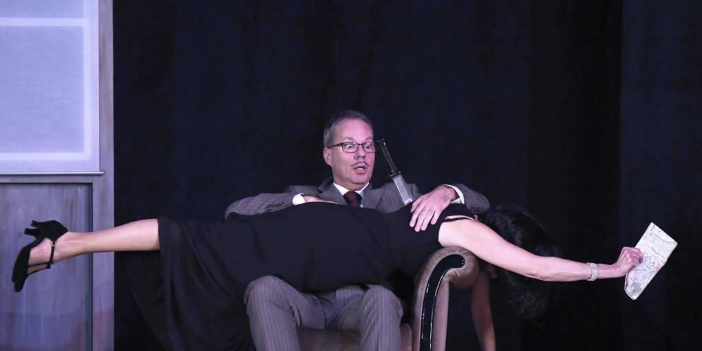 """Ein Messer im Rücken gehört bei einem Krimi einfach dazu: Die Frankensteinbühne zeigt derzeit """"39 Stufen"""" mit Winfried Heß in der Hauptrolle. Foto: Dirk Zengel"""