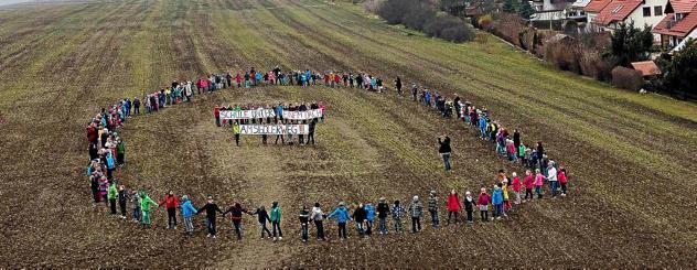 Die 250 Kinder von der Staatlichen Grundschule Am Hexenberg haben sich im vergangenen Jahr für einen Schulneubau am Siedlerweg aufgestellt. Foto: Maik Schuck.