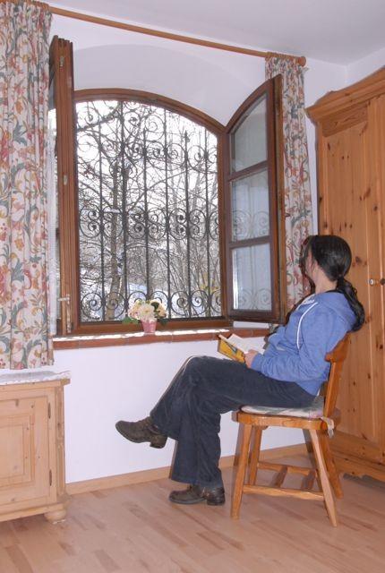 Gemütliches Ausspannen am Fenster