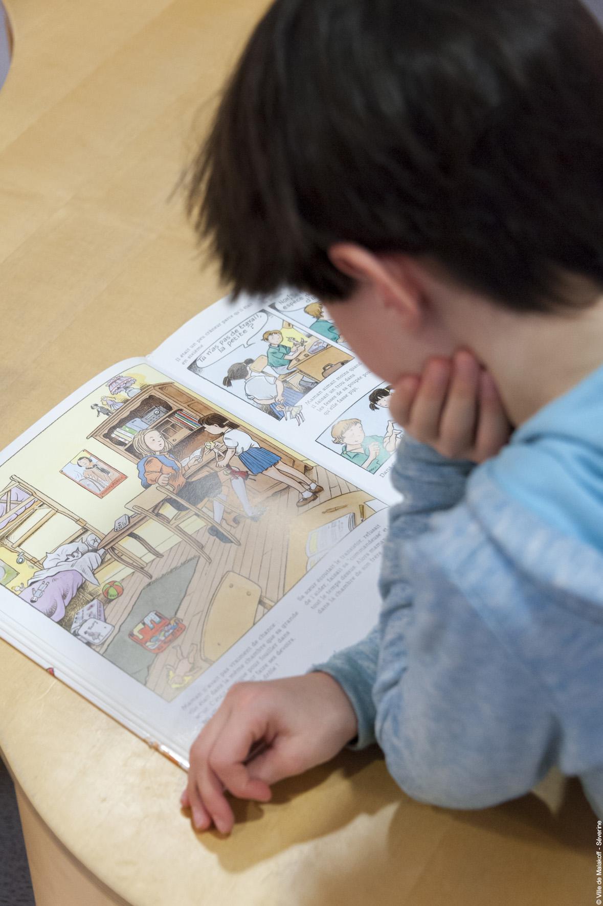 Un lecteur lors de l'exposition à Malakoff