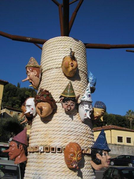 Albero di Pinocchio, 2005 Collodi Lucca. Testa di pinocchio con fatina sul naso.