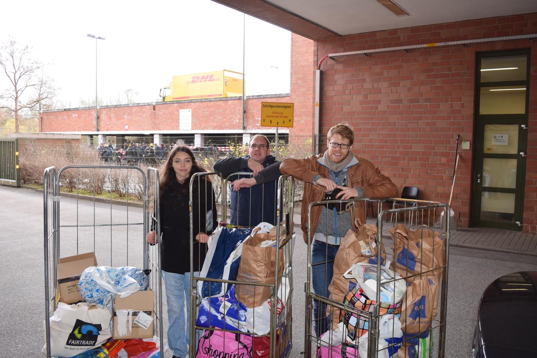 Abgabe der Spenden in der Harburger Poststraße