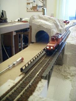 Durch den Geländebau von Brücke und Tunnel wird es schon eng