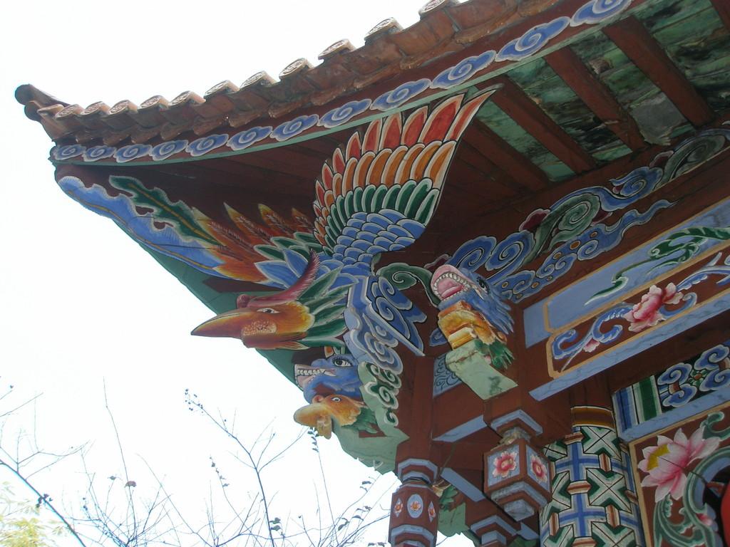 雲南にある大理建築の鮮やかな軒下装飾です。