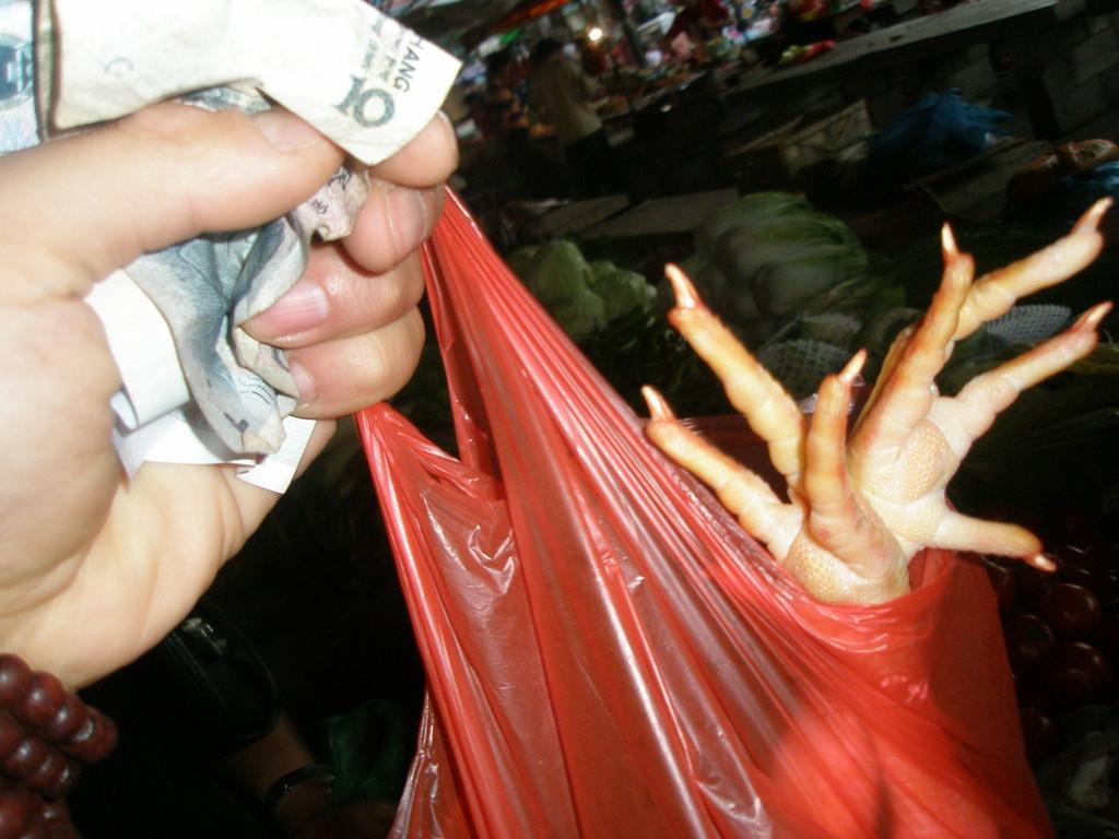 市場での買い物は必ず値段交渉をします。
