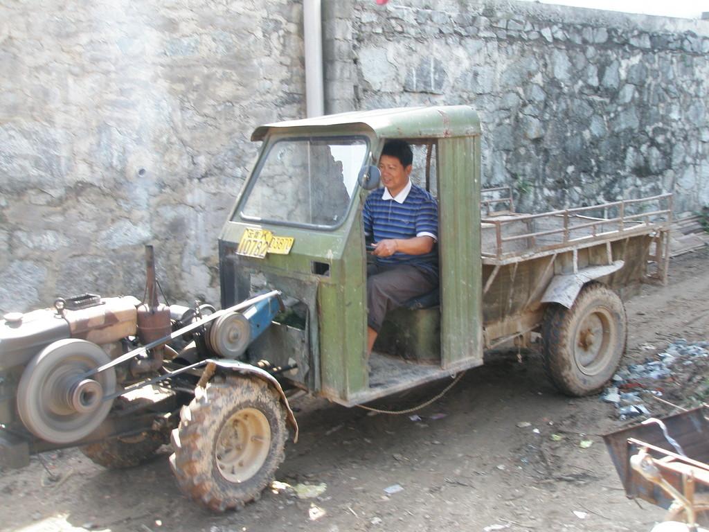 現地で一番お世話になっている農民の岩さんです。これ、乗り非常に心地悪し!乗ってみると内臓が出そうになります。