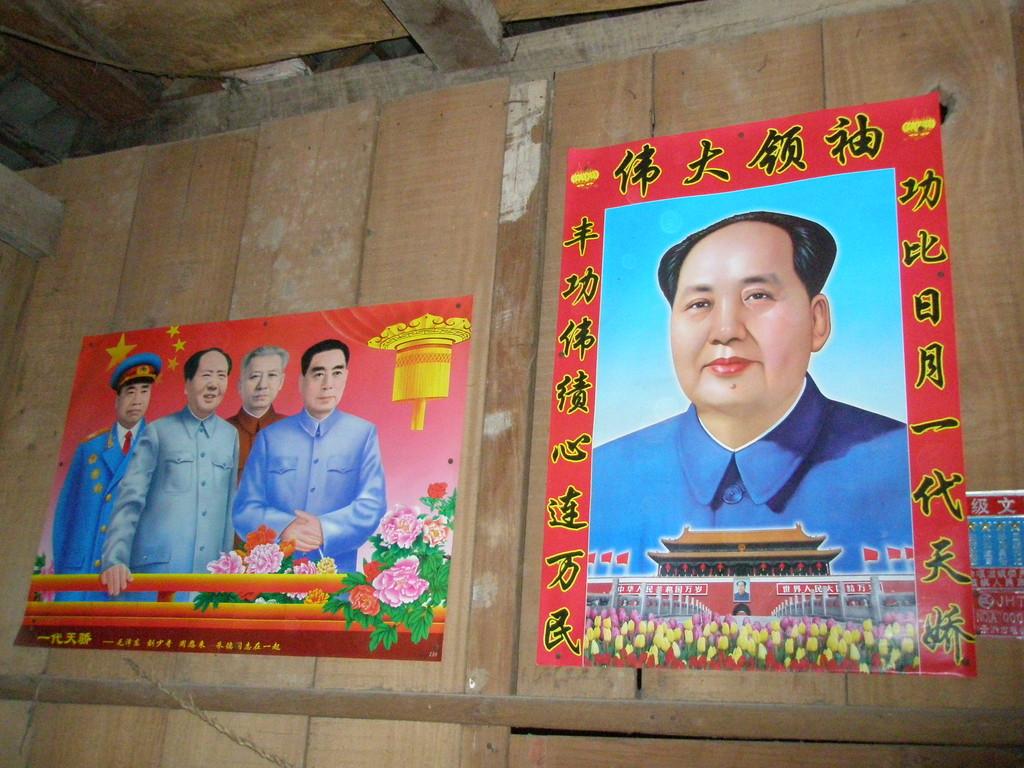 タイ族農家には今でも大事に毛沢東が飾られています。