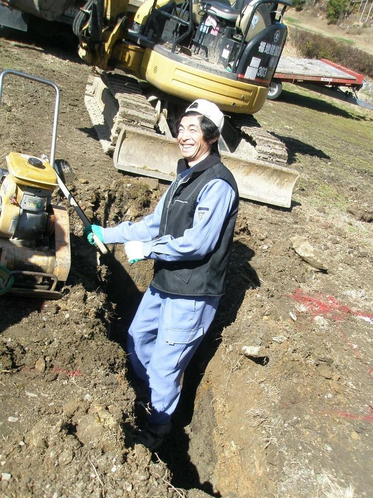 土木のプロ大活躍 仕上げの穴掘り スゲェ笑顔