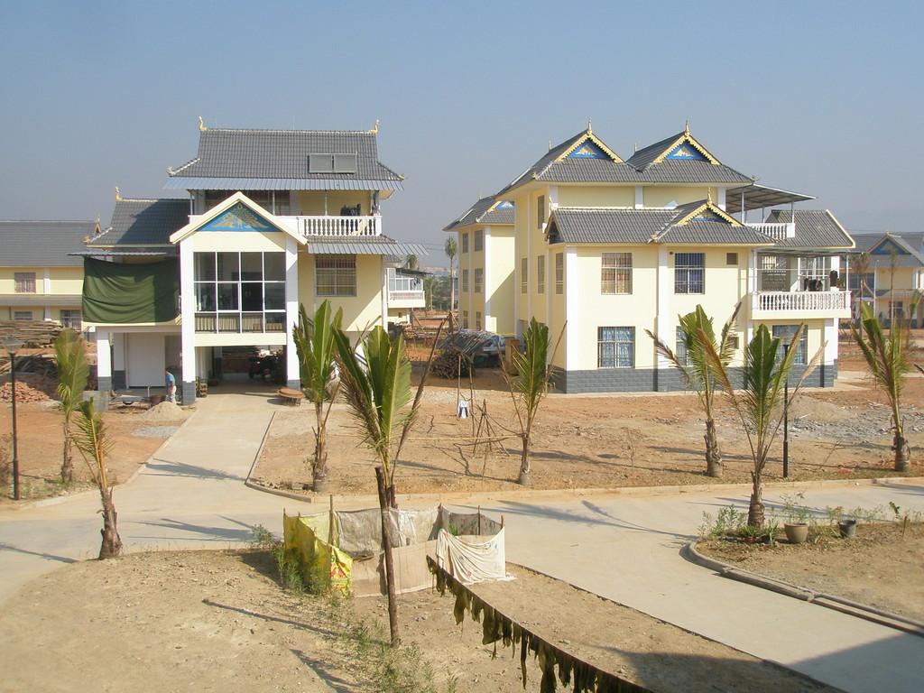 タイ族の新村。雲南の片田舎も例外なく建築ラッシュです。