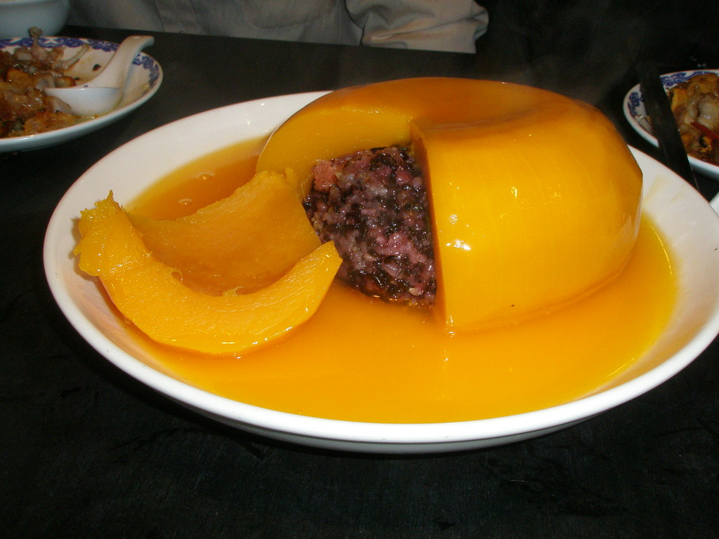 外側はかぼちゃ、周りはオレンジソース、中は黒米の餅米です。甘くて美味しいですよ。これは日本でもきっとイケます。