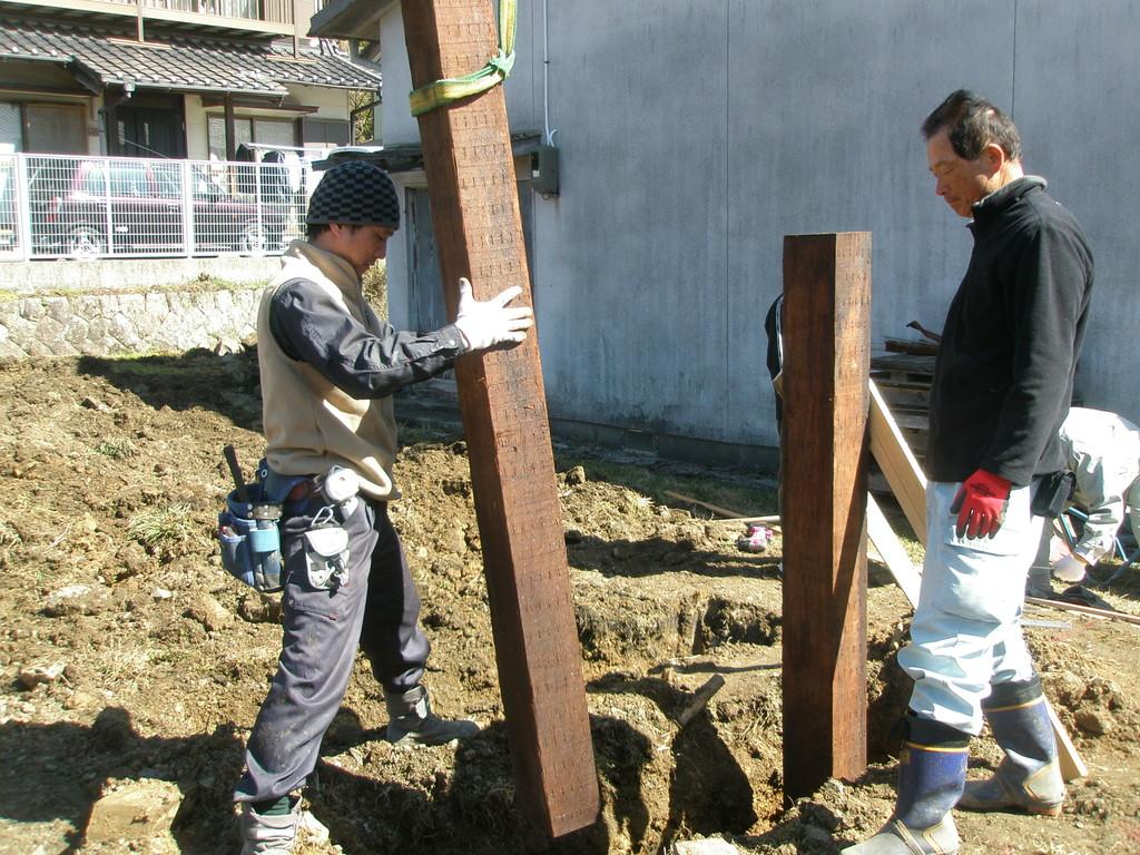 基準の柱完成 全部で4本建てるよ 重い!
